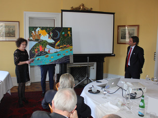 Mme Leonor Trindade Sousa fait don de son oeuvre au Professeur Marc Ansari.